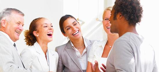 Lachende mensen op kantoor